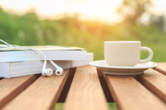 Kaffekopp och bok på tabellen i morgonen Royaltyfri Fotografi
