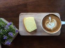 Kaffekopp och cake Arkivbilder