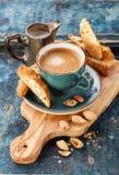 Kaffekopp och cantucci Royaltyfria Bilder