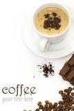 Kaffekopp och choklader på den vita tabellen Fotografering för Bildbyråer