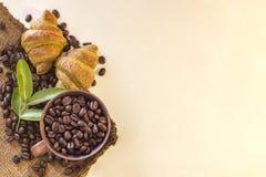 Kaffekopp och giffel på bönor och vit bakgrund Royaltyfri Fotografi