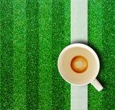 Kaffekopp och gräs. Arkivbild