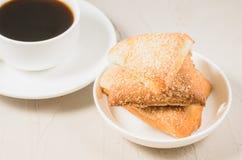 Kaffekopp och hemlagade kakor/kopp f?r frukostwhithkaffe och hemlagade kakor p? en konkret bakgrund close upp royaltyfri bild