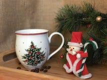 Kaffekopp och juldekor Arkivbilder