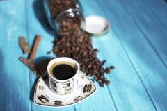 Kaffekopp och kaffe i boutle Arkivfoto