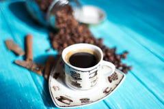Kaffekopp och kaffe i boutle arkivbild