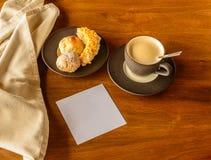 Kaffekopp och kakaplatta royaltyfria bilder