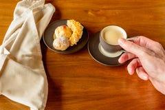 Kaffekopp och kakaplatta fotografering för bildbyråer