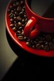 Kaffekopp och korn på black Arkivbilder