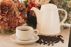 Kaffekopp och kruka på marmortabellen Royaltyfria Foton