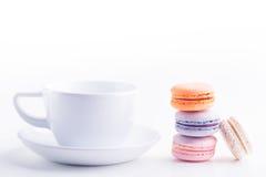 Kaffekopp och macarons Arkivfoto