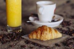 Kaffekopp och nya bakade giffel på träbakgrund Top beskådar Arkivfoton