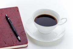 Kaffekopp och röd anteckningsbok för grunge Royaltyfri Fotografi