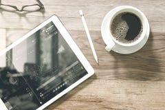 Kaffekopp och smart tangentbord för Digital tabellskeppsdocka, glasögon, styl Royaltyfri Fotografi