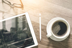 Kaffekopp och smart tangentbord för Digital tabellskeppsdocka, glasögon, styl Royaltyfria Foton