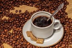 Kaffekopp och socker på ett tefat Fotografering för Bildbyråer