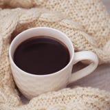 Kaffekopp och stucken tröja Christams varmt utformat foto Kopiera utrymme för text Mjukt foto Fotografering för Bildbyråer