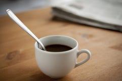 Kaffekopp och tidning Royaltyfri Foto