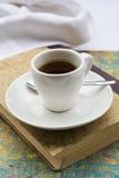 Kaffekopp på boken Arkivbilder