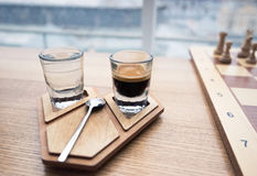 Kaffekopp på den autentiska träställningen arkivfoton