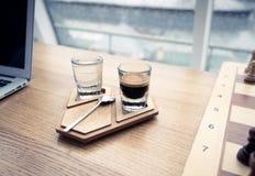 Kaffekopp på den autentiska träställningen Arkivbild