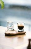 Kaffekopp på den autentiska träställningen Fotografering för Bildbyråer