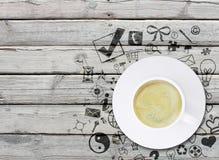 Kaffekopp på en gammal träyttersida Arkivfoto