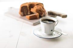 Kaffekopp på en vit wood tabell Arkivbilder