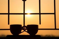 Kaffekopp på fönstret på morgonen med den härliga naturen Arkivbilder