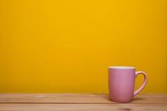 Kaffekopp på gul bakgrund Arkivfoton