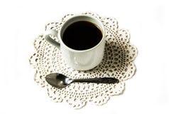Kaffekopp på handarbetegarnering Royaltyfria Bilder