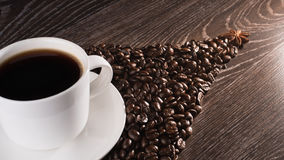 Kaffekopp på kaffebönor Royaltyfri Fotografi