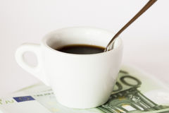 Kaffekopp på pengar Arkivfoto