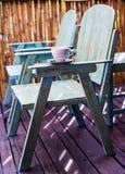 Kaffekopp på stolen Arkivfoto