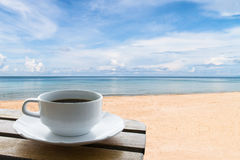 Kaffekopp på stranden Arkivfoton