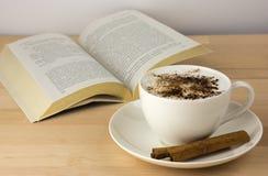 Kaffekopp på tabellen med kanel Royaltyfria Bilder