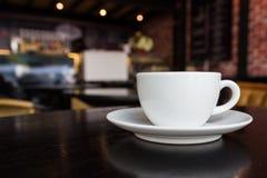 Kaffekopp på tabellen på coffee shop Arkivfoton