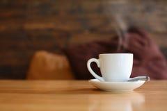 Kaffekopp på trätabellen. Royaltyfri Bild