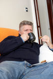 kaffekopp som har den mogna mannen Royaltyfria Foton