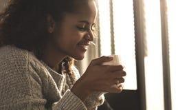 kaffekopp som har kvinnan Arkivbilder