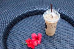 Kaffekoppar och blomma på tabellen Royaltyfri Bild