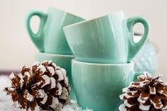 Kaffekoppar och julpynt Royaltyfri Bild