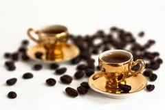 Kaffekoppar och kaffebönor Arkivfoton