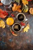 Kaffekoppar och pumpor arkivfoto