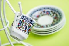 Kaffekoppar på en vit hängare Royaltyfri Bild