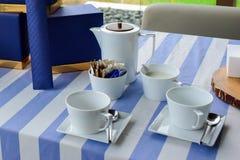 Kaffekoppar på tabellen, morgontid royaltyfri foto