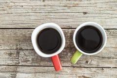 Kaffekoppar på trätabellen Fotografering för Bildbyråer