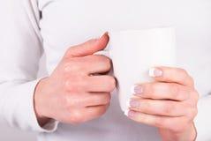 Kaffekoppen i härliga flickahänder med fransman spikar polermedel Fotografering för Bildbyråer