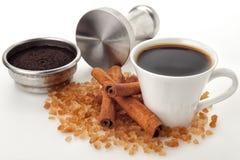 Kaffekoppen med filterkorgen och fifflar Arkivbild