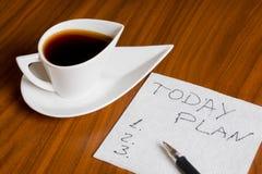 Kaffekoppen med handskrift planerar i dag på servett Royaltyfri Fotografi